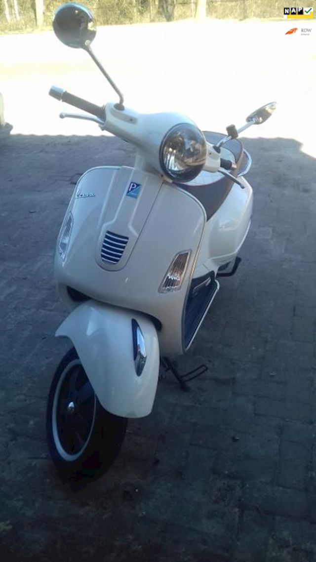 Vespa Scooter GTS 300 i.e. Super