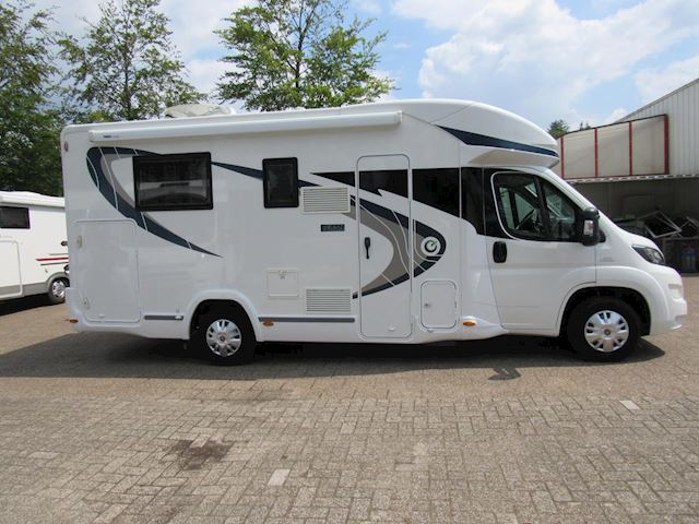 vChausson Flash 628 Queensbed + Hefbed 19600km bj 2016