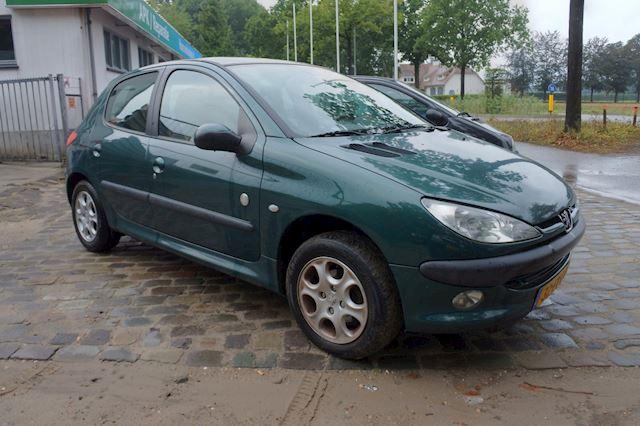 Peugeot 206 1.4 Gentry 5 drs airco glazen dak apk 17-12-2021