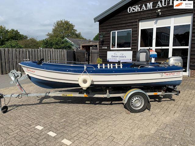 Twister 4.25  Splendid  8pk Honda Four stroke, kanteltrailer ,fishfinder